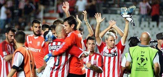 Al final de partido, los jugadores de Estudiantes celebran la victoria (Foto: EFE)