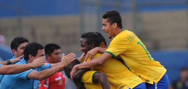 """PARAGUAY.- Los goles para la escuadra """"verdeamarelha"""" fueron anotados por Leandro y Lincoln. Fotos: AFP"""