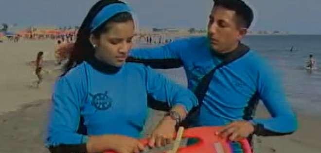 Manuel Crespín trabaja todos los días comprometido a salvaguardar la vida de los bañistas en Villamil Playas.