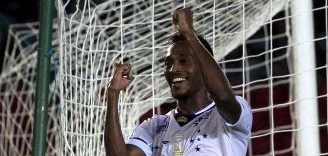 Marquinho celebra uno de los goles (Foto: EFE)