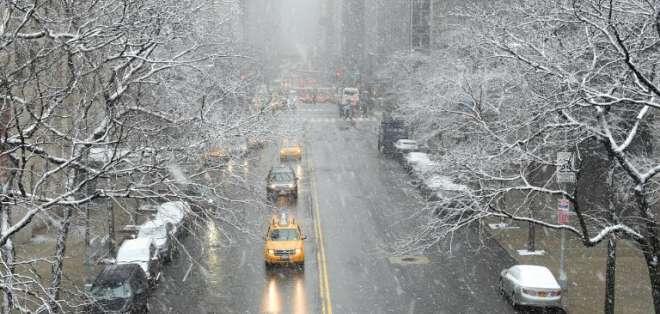 Más de 820 vuelos fueron cancelados en los tres aeropuertos de Nueva York. Foto: AFP