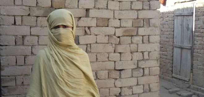 Cuando una joven fue violada en grupo en un pequeño pueblo en Pakistán, no lo denunció.