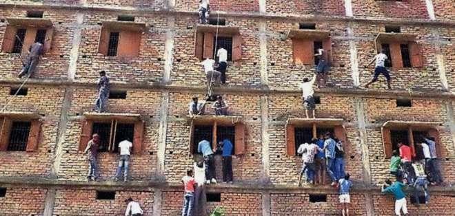 El escándalo de copia de exámenes en India dejó 300 detenidos y 750 estudiantes expulsados.