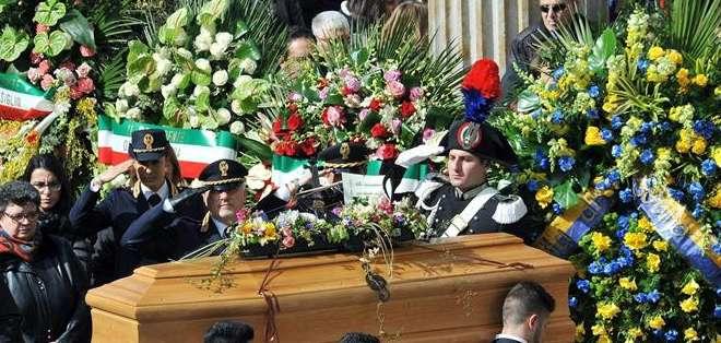TÚNEZ.- El féretro de una de las cuatro víctimas italianas del ataque al museo del Bardo en Túnez. Foto: EFE