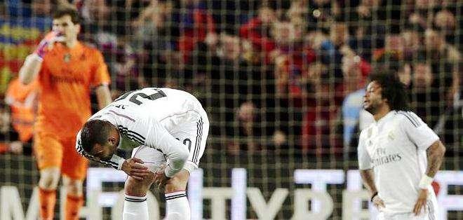 Los jugadores del Real Madrid, tras perder con el Barcelona (Foto: EFE)