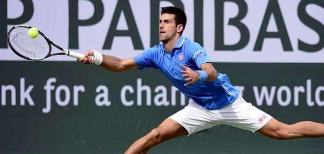 'Nole' regresa una pelota a Roger Federer (Foto: EFE)