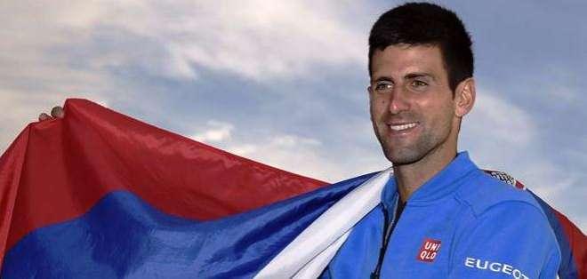 Djokovic con la bandera de su país, tras ganar el título en Indian Wells (Foto: EFE)