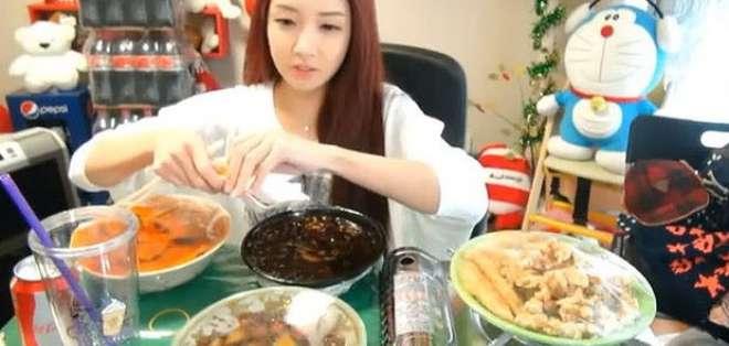 COREA. Glotones insaciables ante la webcam, las nuevas ciberestrellas de Corea. Fotos: Capturas de pantalla