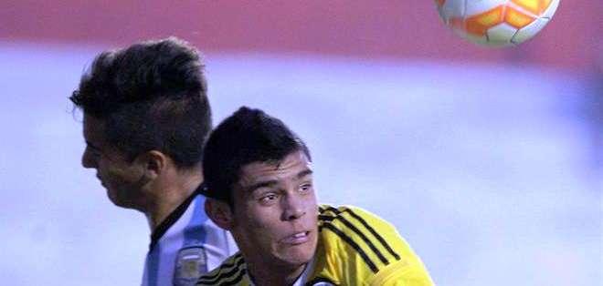El jugador del equipo colombiano de fútbol Sub17, Juan José Calero Sierra(d) disputa el balón con Julian Ferreyra de Argentina (Foto: EFE)