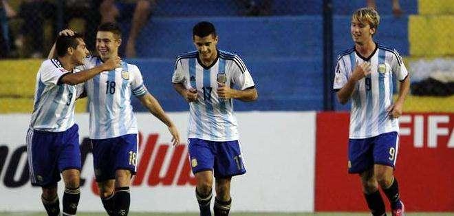 La selección argentina celebra su gol en el partido con los colombianos (Foto: EFE)