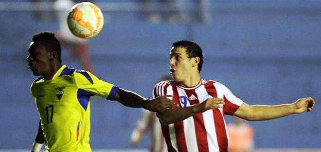 El jugador de Paraguay, Carlos Sebastían Ferreira (d) disputa el balón con Pervis Josué Estupiñán Tenorio (Foto: EFE)