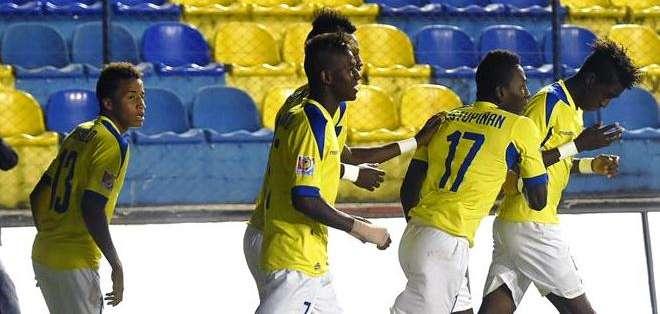 La selección ecuatoriana de fútbol celebra uno de los goles ante Paraguay (Foto: EFE)