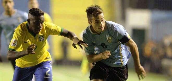 Federico Santiago Valverde Dipetta (d) de Uruguay disputa el balón con Kleber (i) de Brasil (Foto: EFE)