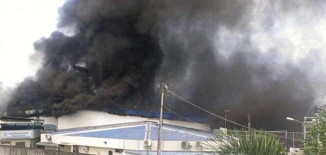 GUAYAQUIL, Ecuador.- Unas 30 unidades y 100 elementos del Cuerpo de Bomberos trabaja en la extinción de las llamas. Fotos: Bomberos de Guayaquil
