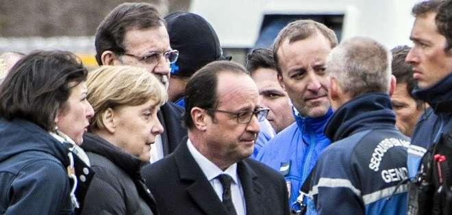 FRANCIA.- Emocionados, con expresión grave en los rostros, el presidente francés, el jefe de gobierno español y la canciller alemana conversaron con quienes participan en las tareas de búsqueda y rescate. Fotos: AFP