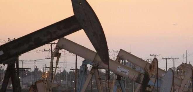 """El precio del barril de """"light sweet crude"""" (WTI) cerró en 49,21 dólares."""