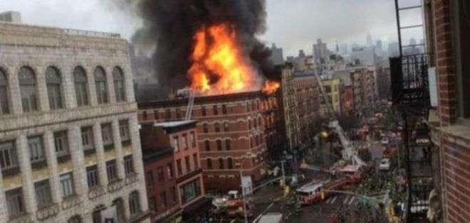 Las imágenes en vivo muestran humo y llamas saliendo del edificio de cinco plantas y los bomberos intentando apagarlas.