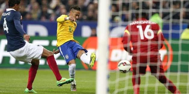 Neymar dispara para anotar. Foto: EFE.