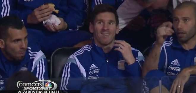 El futbolista disfrutó viendo básquet.