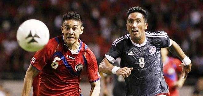Óscar Duarte (i) de Costa Rica y a Lucas Barrios (d) de Paraguay durante un partido amistoso en el Estadio Nacional de San José (Foto: EFE)
