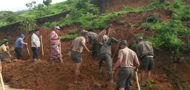 Militares, bomberos y la comunidad ayudan a limpiar los restos de los desastres causados por la intensa lluvia que cayó este jueves. Foto: ECU Loja.
