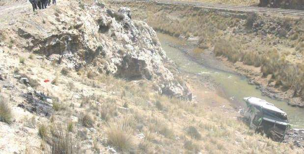"""PERÚ.- """"El lugar del accidente, de 500 metros, es un abismo y no podemos ingresar"""", dijeron autoridades. Foto: medios peruanos"""