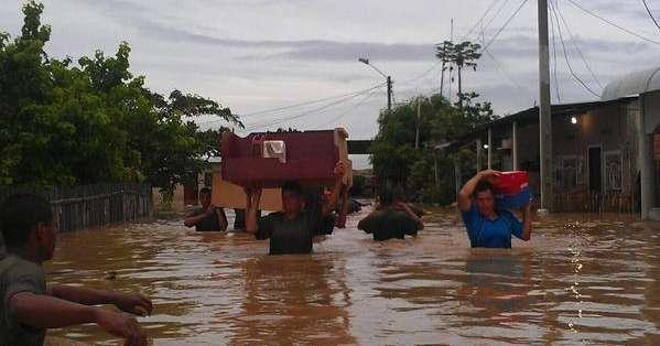 HUAQUILLAS, Ecuador.- Miembros de las FF.AA. ayudaron a los habitantes a rescatar enseres tras fuertes precipitaciones. Fotos: Twitter