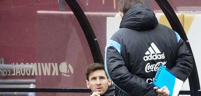 Messi escuchando las recomendaciones técnicas (Foto: EFE)
