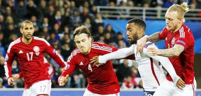 Alexandre Lacazette en medio de jugadores daneses (Foto: EFE)