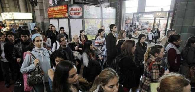 Archivo. Personas hacen fila para conseguir un boleto de tren en 2012, como alternativa al metro en Buenos Aires, Argentina, que estaba de huelga. Foto: EFE