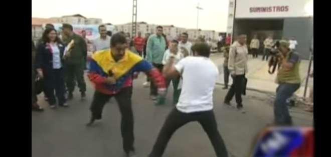 El mandatario intercambió golpes con el boxeador y cantante local, Gandhi Arocha.