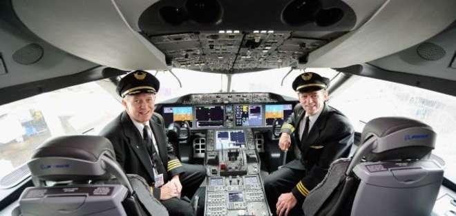 Dos personas deberán estar siempre en la cabina de los aviones.