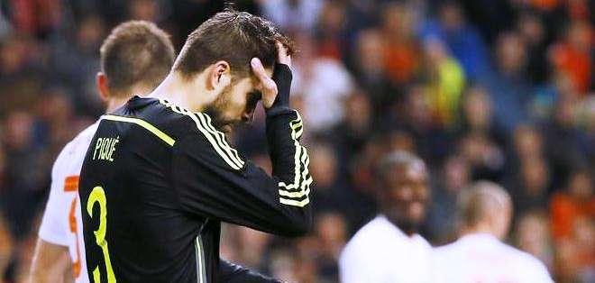 El defensa de la selección española Gerad Piqué (c), durante el partido amistoso que España y Holanda (Foto: EFE)