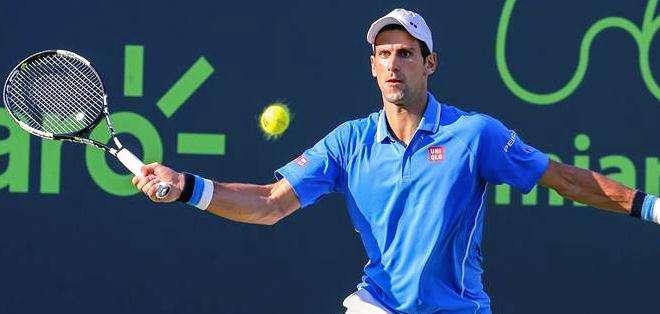 Novak Djokovic regresando una pelota a Alexander Dolgopolov (Foto: EFE)