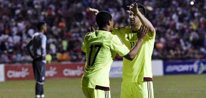 El venezolano Josef Martínez (i) celebra con su compañero César González (d) después de anotar un gol, durante un partido amistoso entre Venezuela y Perú (Foto: EFE)