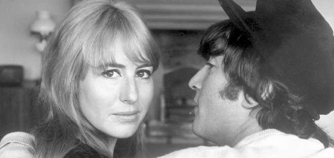 Cynthia Lennon se casó con Lennon antes de que empezara la beatlemanía en el mundo. Tuvieron un hijo, Julian Lennon.