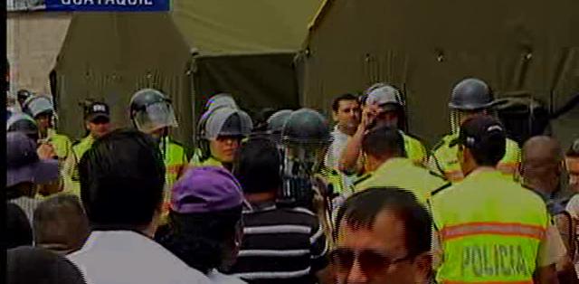 GUAYAQUIL.- El Municipio retiró unos metros las carpas que instalaron para albergar a los desalojados. Fotos: Capture