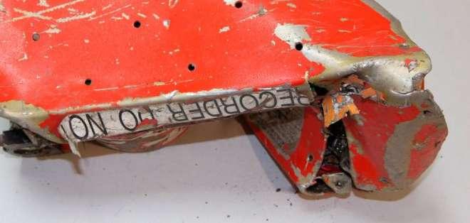 FRANCIA.- Esta pieza contiene el registro de los parámetros de vuelo del avión, fue hallada luego de 10 días. Fotos: EFE