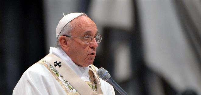 """VATICANO.- Francisco instó a los sacerdotes """"no solo a hacer el bien"""", sino a defender al rebaño y a uno mismo. Foto: EFE"""