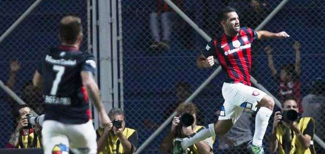 El jugador Martin Cauteruccio (d) de San Lorenzo de Argentina celebra después de anotar contra San Paulo (Foto: EFE)