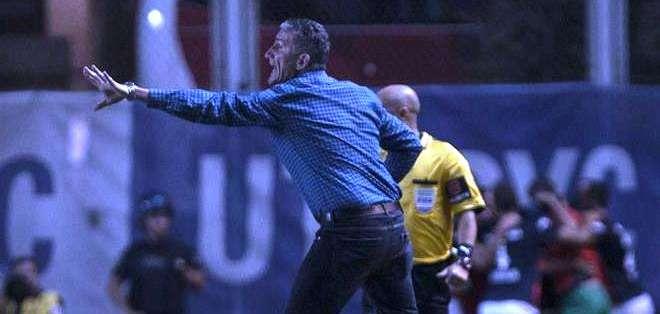 El entrenador Edgardo Bauza dando indicaciones técnicas, tras el gol de su equipo (Foto: EFE)