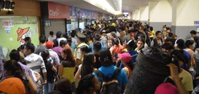 Foto referencial.- Desde muy temprano cientos de turistas llegaban a las diferentes oficinas de las cooperativas de transporte intercantonal e interprovincial de la Terminal Terrestre de Guayaquil.