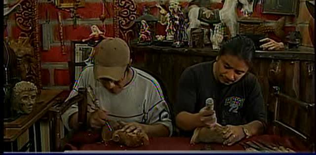 QUITO.- Wilson y su Diego Guaiguacundo elaboran un Cristo resucitado.  Fotos: Captura.