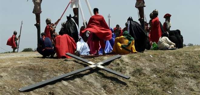 Cargar la cruz y flagelarse es una de las ceremonias más tradicionales en Filipinas. Foto: EFE