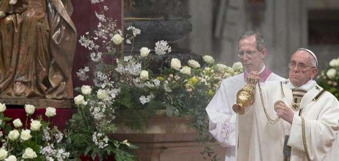 """ITALIA.- """"No se puede vivir la Pascua sin entrar en el misterio"""", explicó el Papa sobre la ceremonia. Fotos: EFE"""