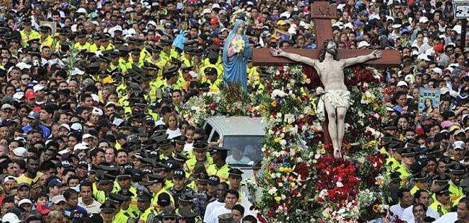El país vivió un feriado marcado por la religiosidad, el descanso e intensas lluvias. Fotos: Twitter FFAA. y Ecuavisa.com
