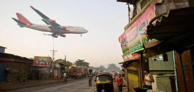 Un avión de Air India desciende cerca del aeropuerto de Mumbai.