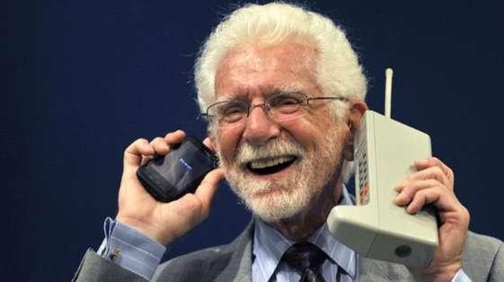 TECNOLOGÍA.- La llamada la hizo Martin Cooper en 1973 con un Motorola Dyna TAC, que pesaba 1,3 kilos. Foto: agencias