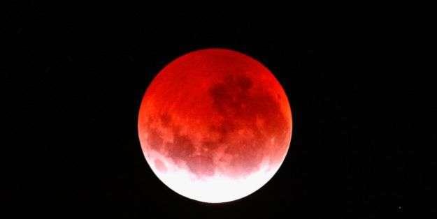 """Durante el eclipse la Luna quedó completamente cubierta por la sombra de la Tierra en un fenómeno que da origen lo que se conoce como """"luna de sangre""""."""