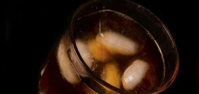 El té negro contiene oxalato, que puede causar problemas renales.